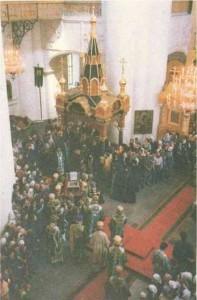posle-liturgii-1-avgusta-raka-so-svyatymi-moshhami-prepodobnogo-serafima-vnositsya-v-xram