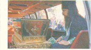 raka-so-svyatymi-moshhami-perenesena-v-specialnyj-avtobus