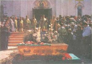 svyatejshij-patriarx-aleksij-blagoslovlyaet-molyashhixsya-posle-liturgii