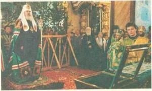 svyatejshij-patriarx-aleksij-sovershaet-moleben-pered-moshhami